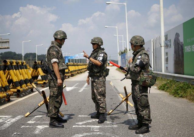 Soldados surcoreanos en la zona desmilitarizada