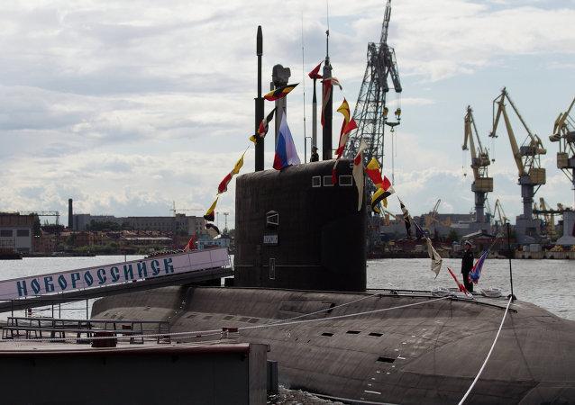 Церемония поднятия флага на дизель-электрической подводной лодке Новороссийск