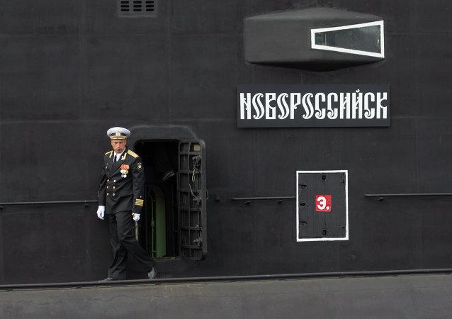Un oficial en la cubierta del submarino Novorossiysk