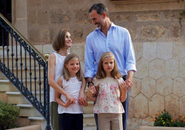 Familia Real: Rey Felipe VI, Reina Letizia con sus hijas la princesa Sofía y la princesa Leonor