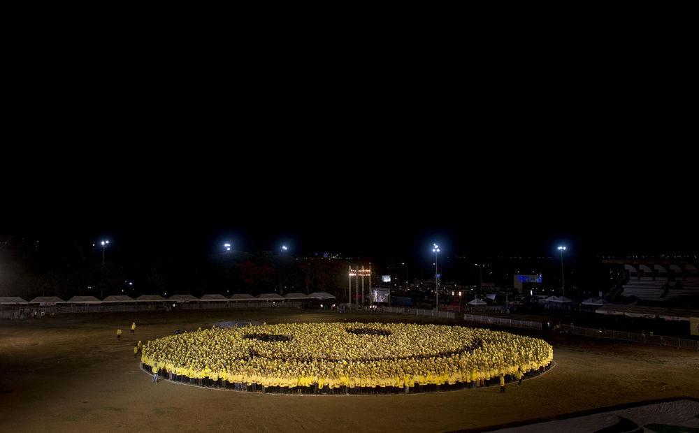 8.018 filipinos se vistieron de negro y amarillo formando un smiley enorme
