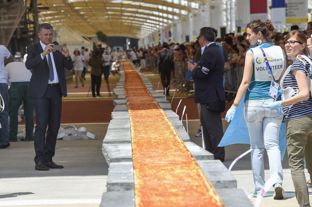 """La pizza más larga del mundo fue preparada en la feria """"Expo Milán 2015"""". Su longitud es de 1.600 metros."""