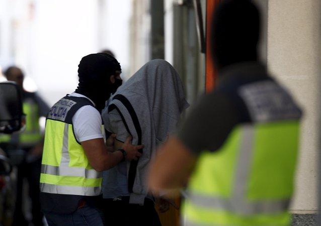 Presunto culpable de la relación con el EI es llevado por la policía, España, el 25 de agosto, 2015