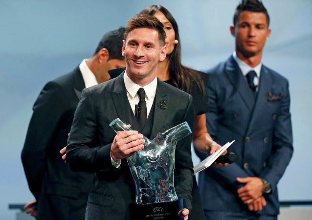 Lionel Messi, delantero del FC Barcelona, recibe el galardón del mejor futbolista de Europa, el 27 de agosto, 2015