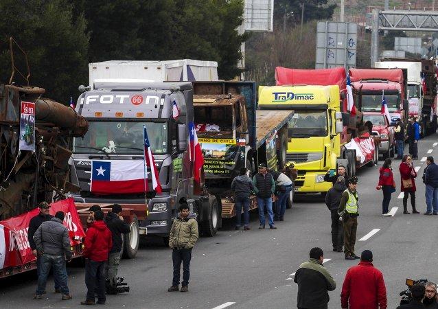 Transportistas bloquean una autopista en los accesos de Santiago durante una protesta, el 27 de agosto, 2015