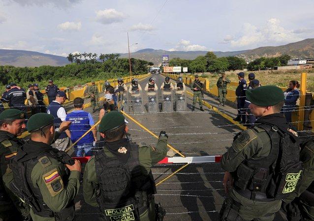 Policías en la frontera entre Colombia y Venezuela
