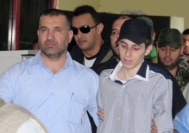 Gilad Shalit, soldado israelí, esta acompañado por Ahmad Jabari, comandante militar de Hamás (archivo)