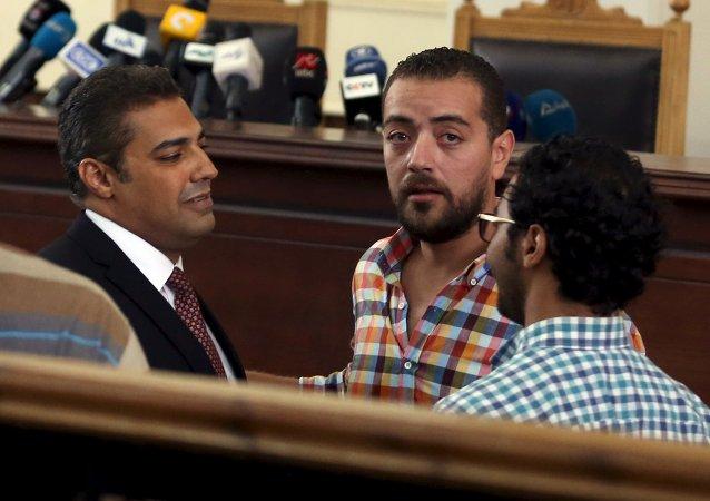 Periodistas de Al Jazeera Mohamed Fahmi y Baher Mohamed antes de escuchar veredicto