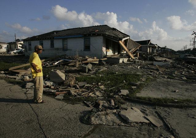 Un hombre afroamericano examina su casa destruida en un barrio de Nueva Orleans