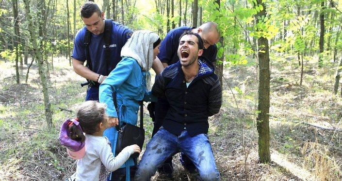 Detención de inmigrantes ilegales sirios en Hungría
