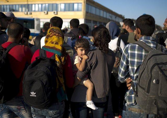 Refugiados llegaron al puerto cerca de Atenas en Grecia