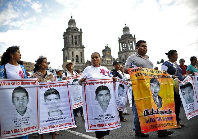 Demostración en memoria de desaparición de estudiantes en Iguala