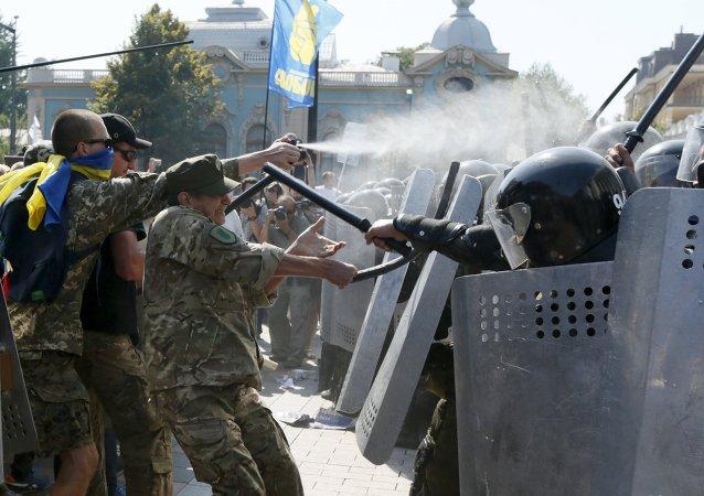 Enfrentamientos junto a la sede del Parlamento ucraniano