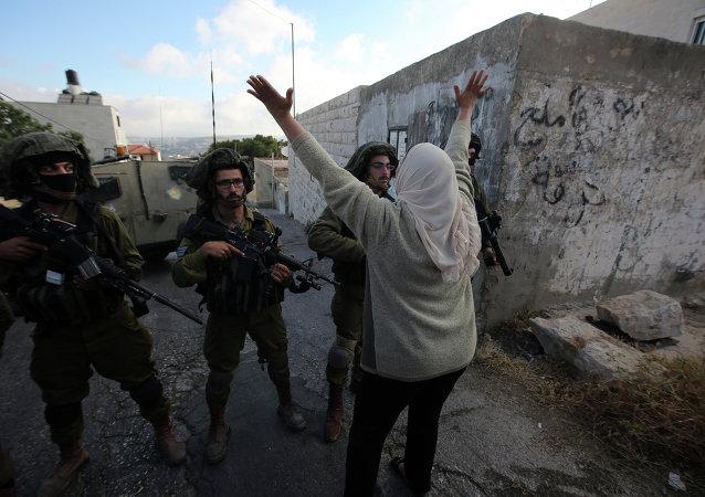 Una mujer palestina grita a los soldados israelíes  en Kafr Malik, noreste de Ramallah