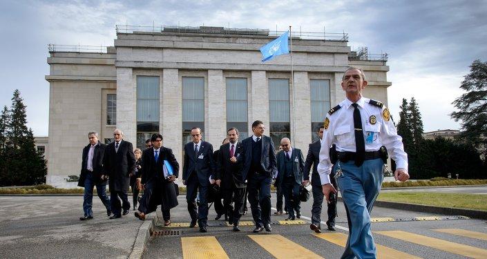 Delegación de la oposición siria durante negociaciones en oficina de la ONU en Ginebra