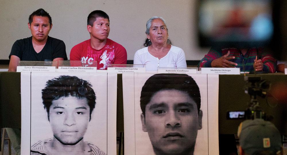 Famillares de estudiantes desaparecidos hablan durante la rueda de prensa