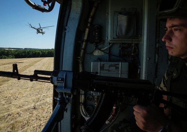Soldado ucraniano en un helicóptero cerca de Slaviansk