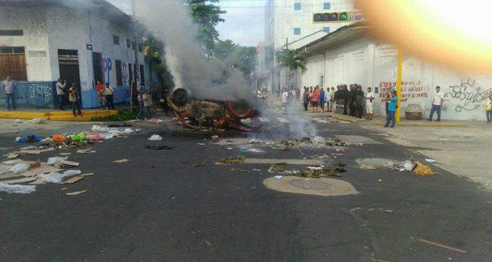 Imagen de carro incendiado entre calles Tacna y Sargento Lores esta mañana durante paro en Iquitos