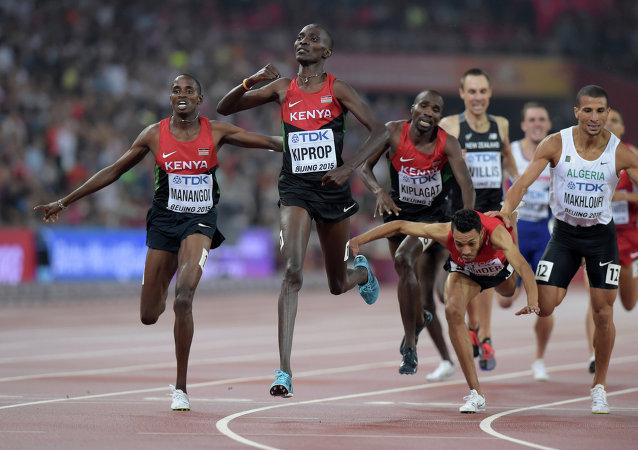 Asbel Kiprop gana en una distancia de 1.500 en los Campeonato Mundial de Atletismo en Pekín
