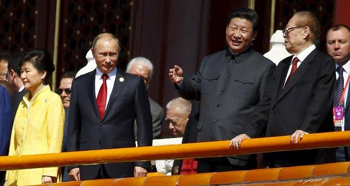 El presidente de Rusia, Vladímir Putin, el presidente de China, Xi Jinping, y ex presidente chino, Jiang Zemin, durante el Desfile militar en Pekín