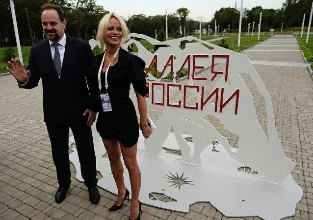 Serguéi Donskoi, ministro de Recursos Naturales y Ecología de Rusia y Pamela Anderson