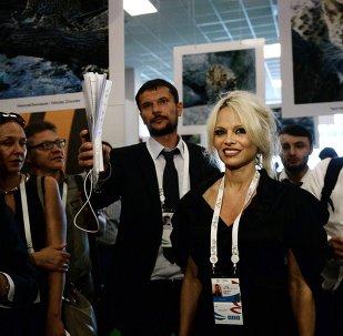 """Pamela Anderson conoce el """"país de líderes fuertes"""""""