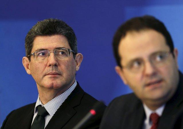Joaquim Levy, ministro de Economía y Hacienda de Brasil, y Nelson Barbosa, ministro de Planificación de Brasil durante una rueda de prensa, el 31 de agosto, 2015