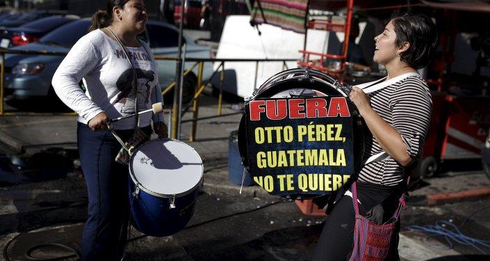 Manifestantes contra el ex presidente de Guatemala, Otto Pérez, están cerca del palacio de justicia de Guatemala