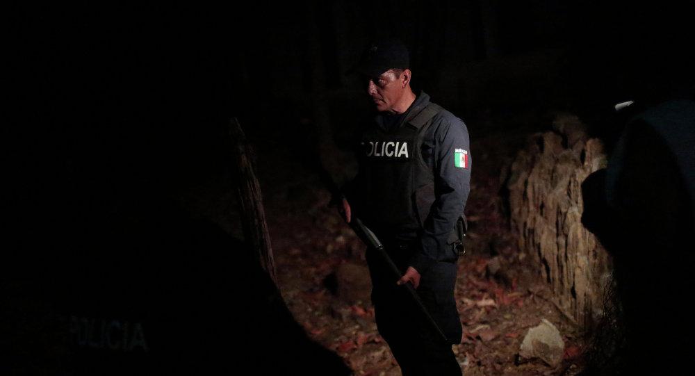 Agente de policía esta en el lugar de crimen en Xolapa, estado de Guerrero