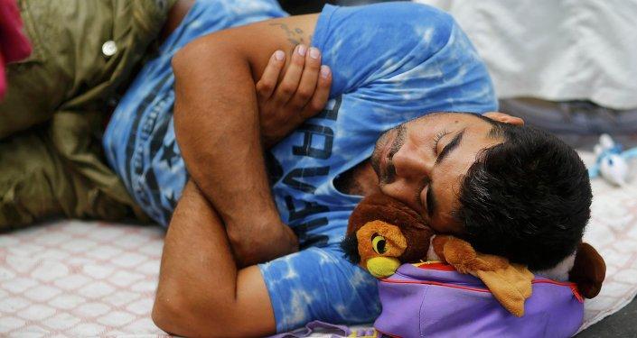 Un migrante duerme cerca de la estación de tren de Keleti en Budapest, Hungría