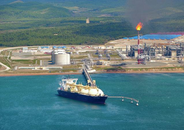 El buque cisterna Cygnus Passage en el muelle de la primera planta rusa de licuefacción de gas natural licuado (proyecto Sakhalin-2)