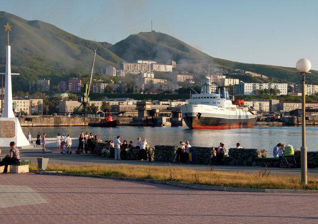 Un barco entre los puertos Vánino y Jolmsk