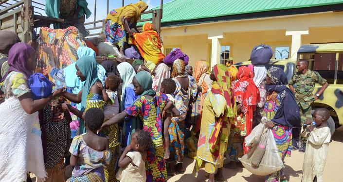 Niños rescatados por soldados nigerianos de los extremistas de Boko Haram