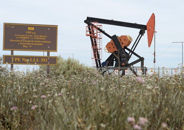Extracción de petróleo de petrolera argentina YPF en Loma La Lata