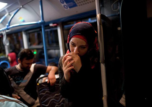 Una mujer en un autobús cerca de estación Keleti en Budapest