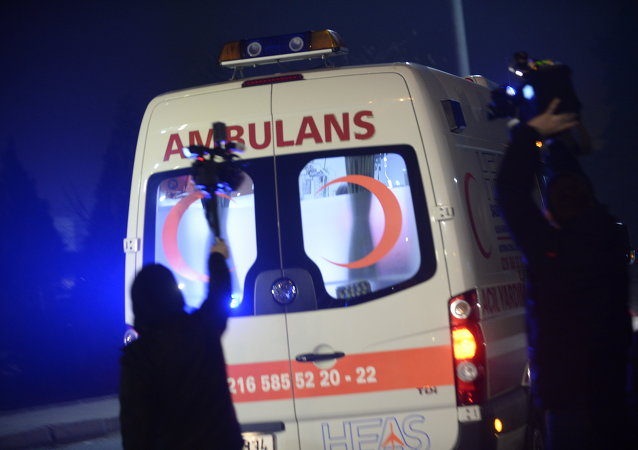 People film as Una ambulancia turca (archivo)an ambulance drives out of the airport in Istanbul