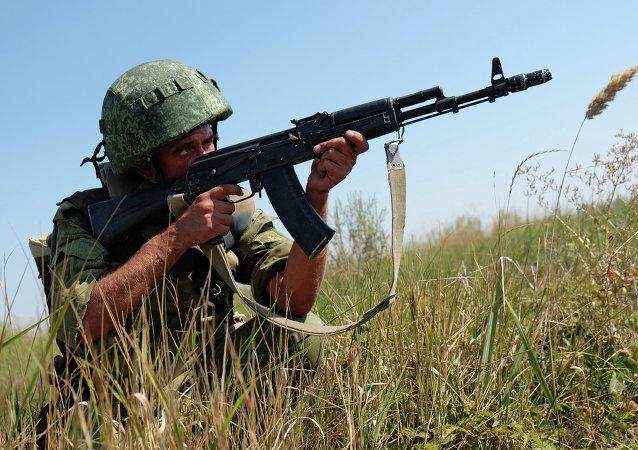 Soldado de FFAA de Rusia durante maniobras