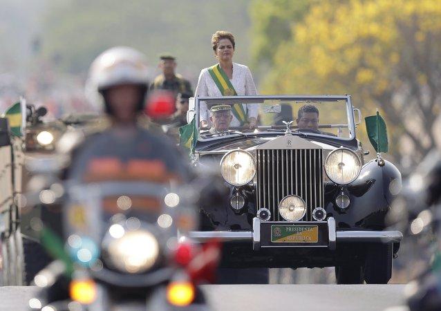 Presidenta Dilma Rousseff durante el desfile militar en Brasilia