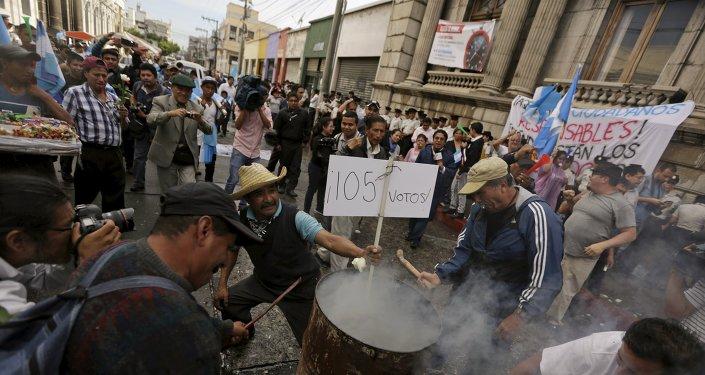 Gente fuera del Congreso de la República de Guatemala