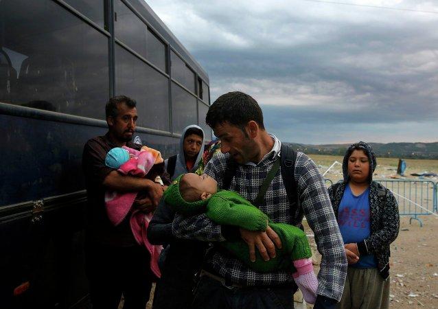 Refugiados sirios cerca de la frontera griega con Macedonia
