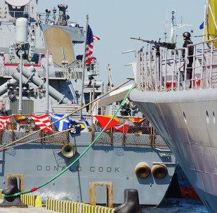 Donald Cook, destructor estadounidense, y Hetman Sahaidachnyi, fragate ucraniana, durante maniobras Sea Breeze 2015 (archivo)