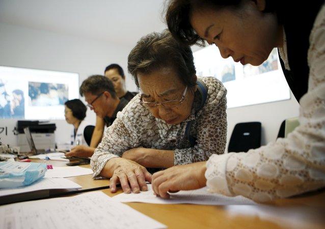 Una mujer surcoreana prepara los documentos para la reunión de familiares que viven en Corea del Norte