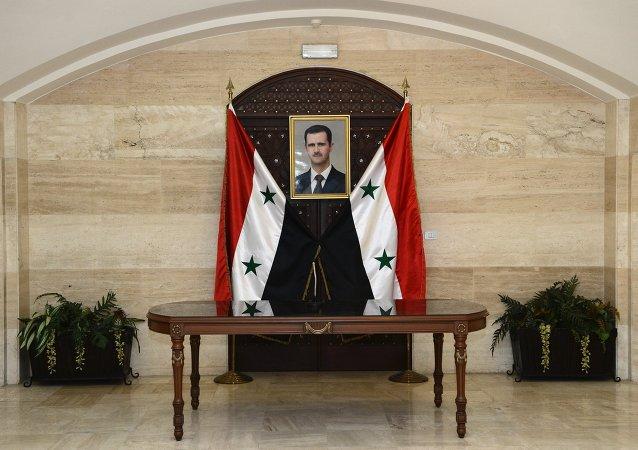 El retrato del presidente de Siria, Bashar Asad, en el edificio del Gabiniete de los ministros en Damasco
