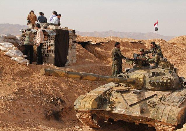 Soldados sirios cerca el tanque de producción rusa