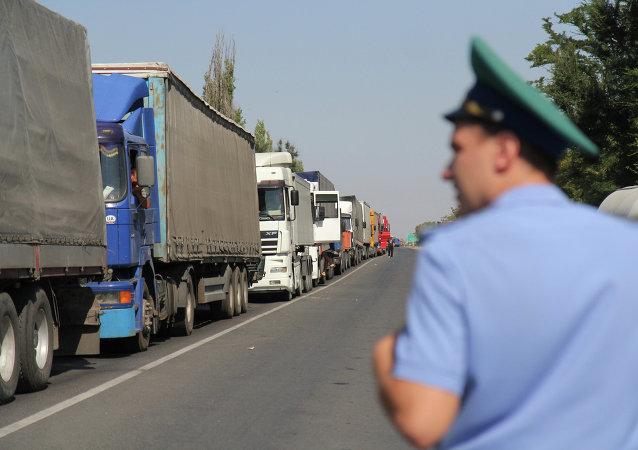 Camiones en la frontera entre Crimea y Ucrania