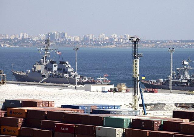 Destructor estadounidense USS Donald Cook y fragate ucraniana Hetman Sahaidachny en el puerto de Odesa