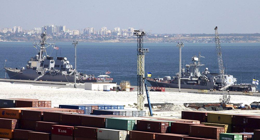 Destructor estadounidense USS Donald Cook y fragate ucraniana Hetman Sahaidachny en el puerto de Odesa (archivo)