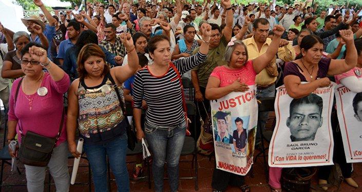 Familiares y amigos de los estudiantes desaparecidos en Ayotzinapa durante el encuentro con los miembros de CIDH, el 8 de septiembre, 2015