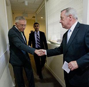Líder del Partido Demócrata en el Senado de EEUU Harry Reid (izda.) y el Senador mayor por Illinois, afiliado al Partido Demócrata Richard Durbin