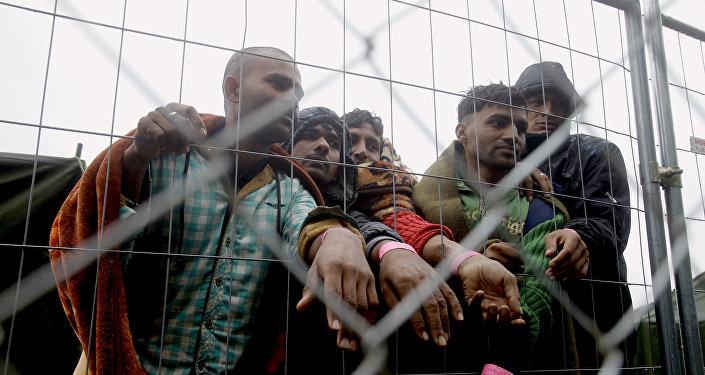 Migrantes en el campo para los refugiados en la frontera húngaro-serbia